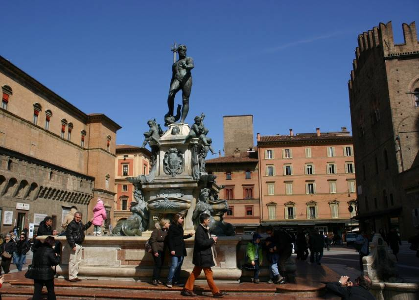 """A fonte de Netuno, um""""http://viajeaqui.abril.com.br/estabelecimentos/italia-bolonha-atracao-piazza-maggiore"""" rel =""""Praça Magiore"""" Meta =""""_vazio""""> A Piazza Maggiore, onde se encontra a Igreja de San Petronio, é uma das atrações mais visitadas e visitadas de Bolonha"""" class=""""lazyload"""" data-pin-nopin=""""true""""/></div> <p class="""
