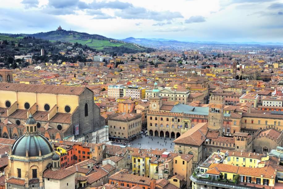 """Vista geral de Bolonha, Itália, vista de cima""""http://viajeaqui.abril.com.br/estabelecimentos/italia-bolonha-atracao-le-due-torri"""" rel =""""Torres"""" Meta =""""_vazio""""> Torres que, apesar dos bolos, são o símbolo da cidade de terracota"""" class=""""lazyload"""" data-pin-nopin=""""true""""/></div> <p class="""