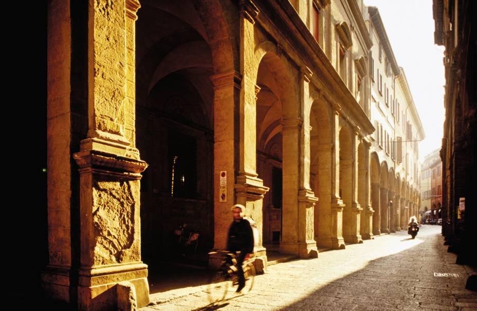 """Na Via Zamboni e""""http://viajeaqui.abril.com.br/estabelecimentos/italia-bolonha-atracao-universita-di-bologna"""" rel =""""Universidade"""" Meta =""""_vazio""""><noscript><img data- src="""