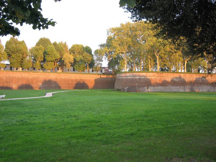 Lucca ainda hoje é cercada por muralhas medievais