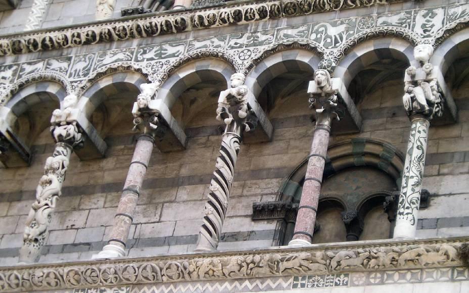 A Igreja de San Michele in Foro em Siena é caracterizada por uma fachada com dezenas de colunas, todas diferentes umas das outras