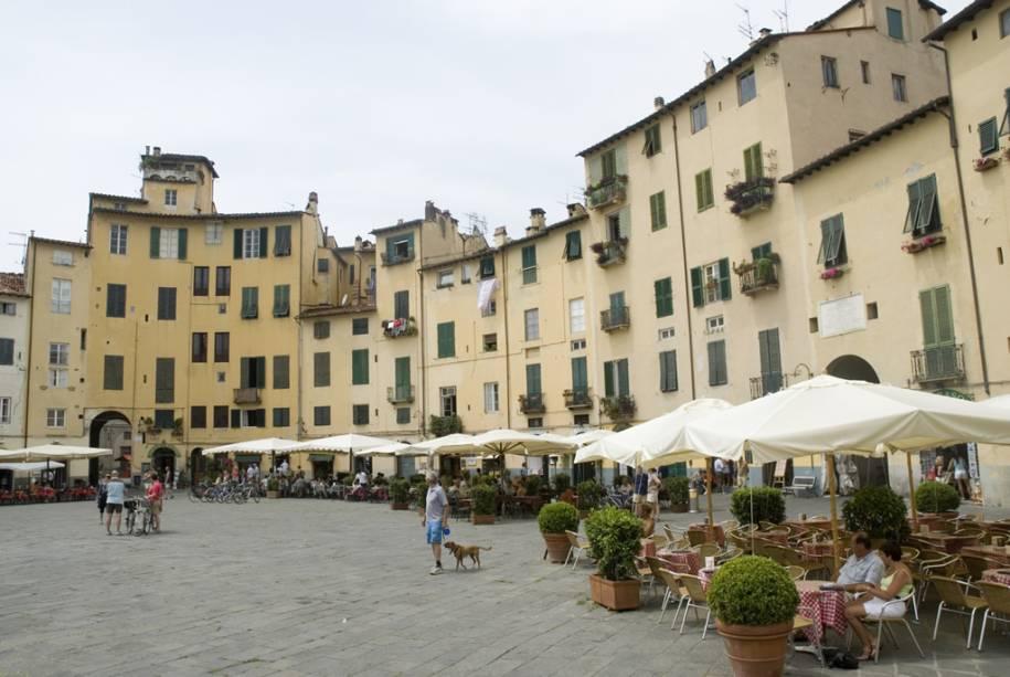 A forma oval da Piazza Anfiteatro em Lucca é emoldurada por edifícios antigos com fachadas em tons pastéis e cafés aconchegantes