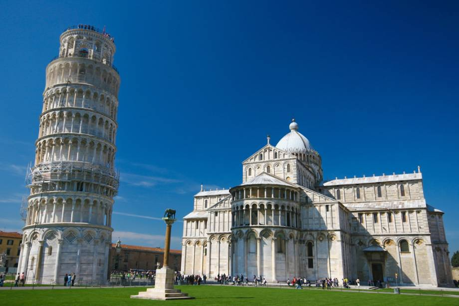 A Torre Inclinada de Pisa foi projetada como a torre do sino da catedral e tornou-se famosa por sua inclinação.  A construção começou no século 12 e durou mais de 200 anos