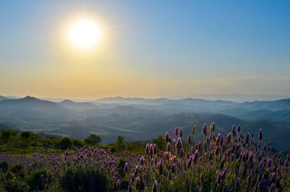 Pôr do sol em O Lavandário, um dos pontos turísticos mais visitados da cidade