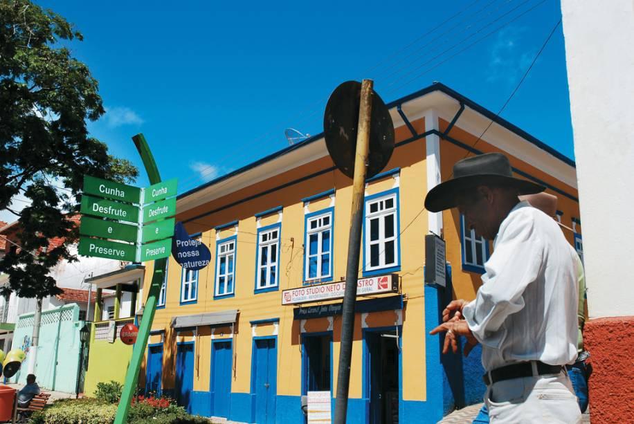 O centro com ruas da Praça da Matriz e ruas de paralelepípedos mantém um ambiente rural.