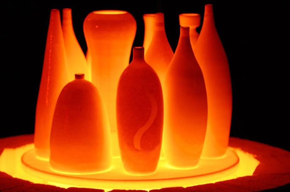 Técnica Raku em chamas onde as peças ainda estão queimando