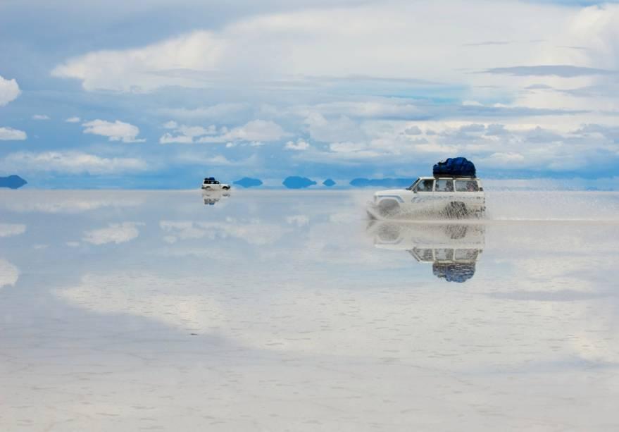 Na época das chuvas, no início do ano, o deserto de sal fica encharcado e cria várias ilusões de ótica