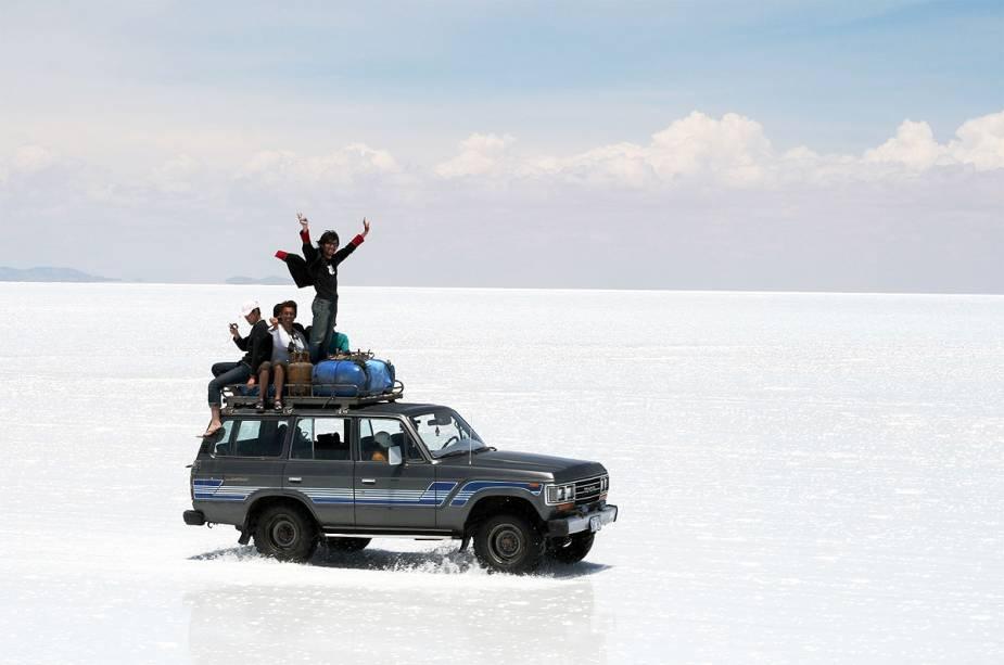 Você tem que estar em um carro 4x4 para atravessar o salar.  Recomenda-se visitar as agências da cidade de Uyuni na entrada do parque nacional que oferecem passeios com hospedagem e alimentação