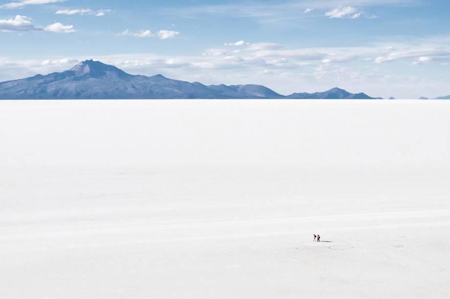 A imensidão do Salar do Uyuni na Bolívia é apenas uma das primeiras conquistas do passeio;  Uma caminhada de dois ou três dias também passa por lagoas com flamingos, vulcões e lugares com formações rochosas impressionantes e plantas exóticas.
