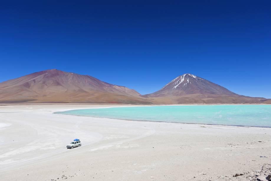 A Laguna Verde no Salar do Uyuni na Bolívia está quase na fronteira com o Chile, com o vulcão Licancabur ao fundo