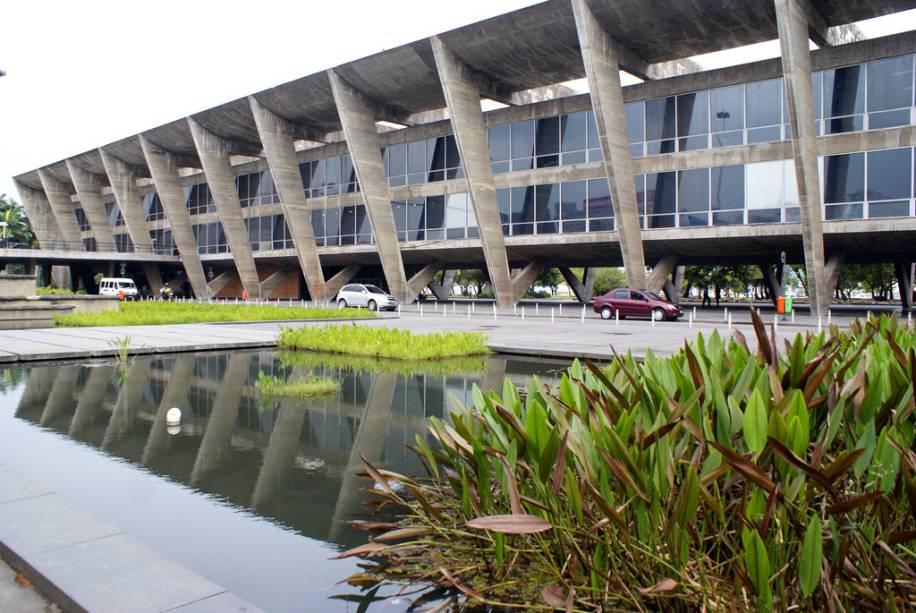 O prédio do Museu de Arte Moderna (MAM) pode ser considerado a primeira obra do local.  A construção de 1954 tem uma luz clara que melhora a vista do Parque do Aterro do Flamengo