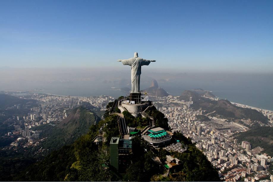 Cartão postal da cidade, o Cristo Redentor, tem 38 metros de altura e pode ser alcançado de trem