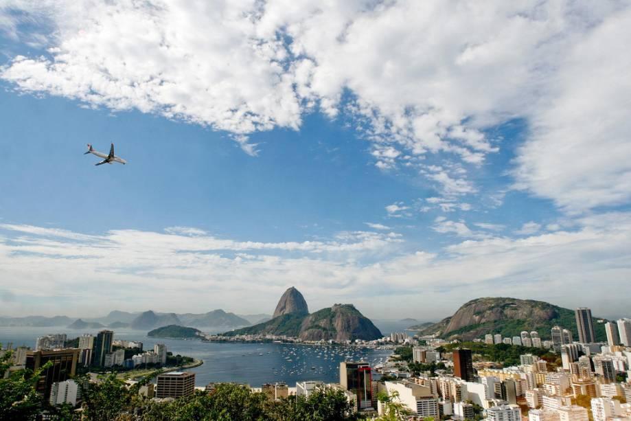 Morro da Urca e Pão de Açúcar são duas formações rochosas na entrada da Baía de Guanabara que servem de mirante para a cidade do Rio de Janeiro
