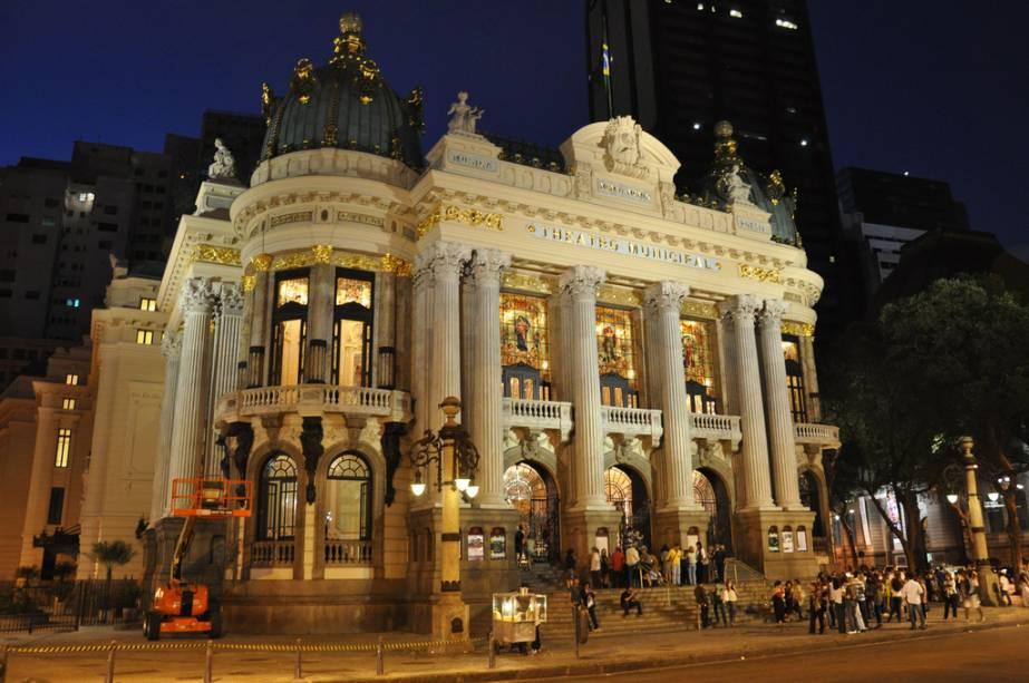 Após a restauração do teatro da cidade, concluída em 2010, as colunas e esculturas de mármore que representam os gêneros artísticos estão de volta em todo o esplendor.