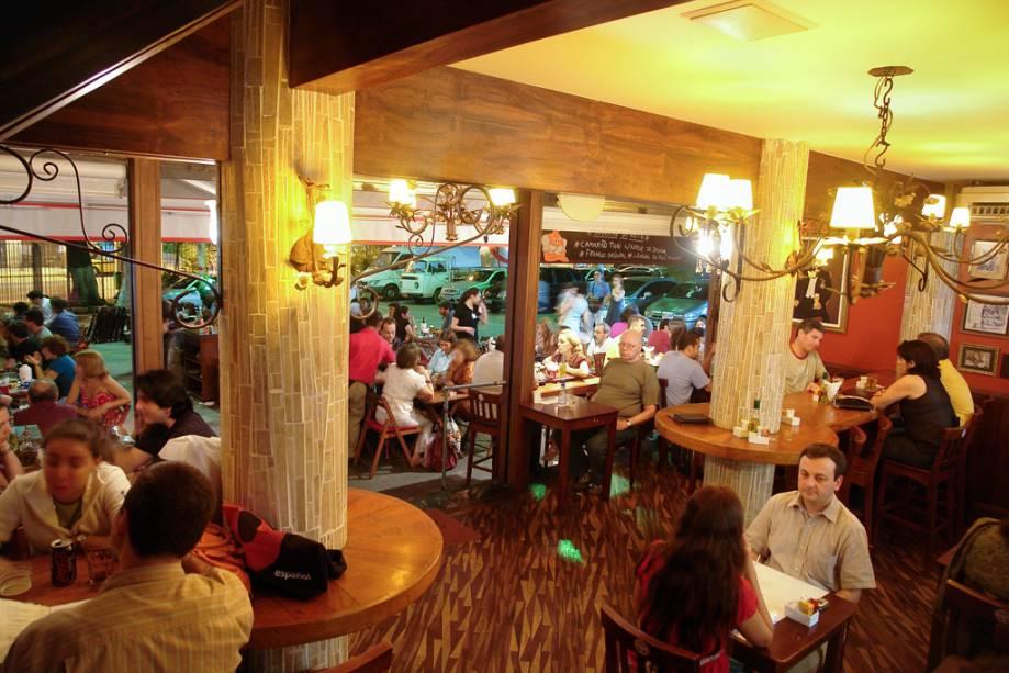 Movimento no Botequim Joaquina, no Cobal do Humaitá, mercado que virou point por causa dos bares e restaurantes