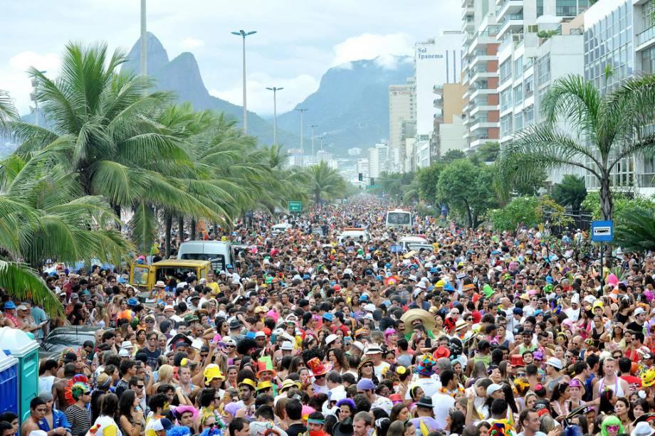 Uma forma de  o Carnaval do Rio é percorrer os quase 300 quarteirões que se estendem até a capital