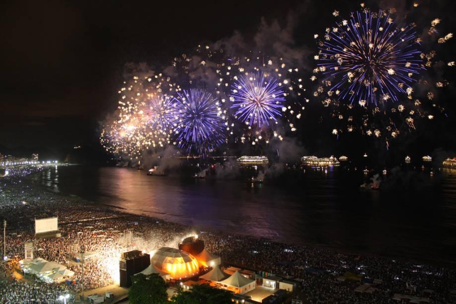 Cerca de 2 milhões de pessoas participam da festa de Ano Novo mais famosa do país, em Copacabana