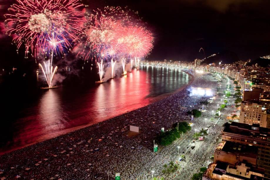 Para facilitar a concentração em Copacabana, a cidade promove shows e fogos de artifício na Barra da Tijuca, Pedra da Guaratiba e Ilha do Governador