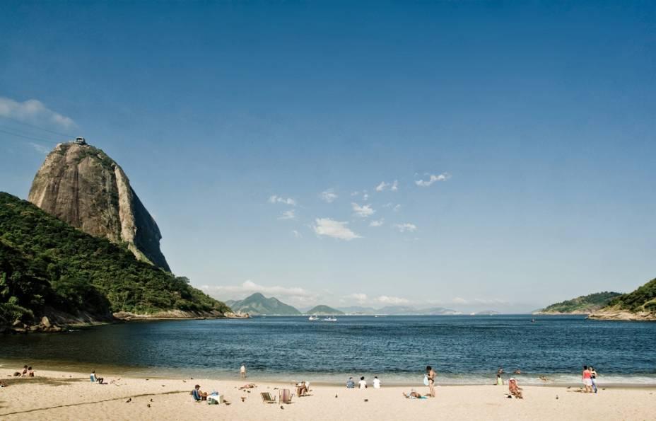 A pequena Praia Vermelha fica ao lado da praça de onde sai o teleférico do Pão de Açúcar.