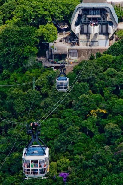 Teleféricos modernos e espaçosos transportam turistas entre o Morro da Urca e o Pão de Açúcar