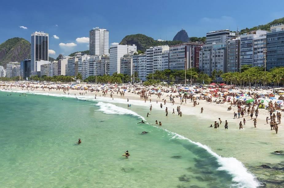 O mar da praia de Copacabana está muito frio, mas as águas cristalinas da cidade ainda resistem