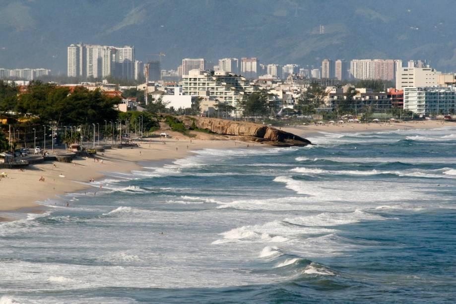 A Praia do Recreio fica perto da Barra, mas é bem menos movimentada.  Flat atrai quem gosta de correr