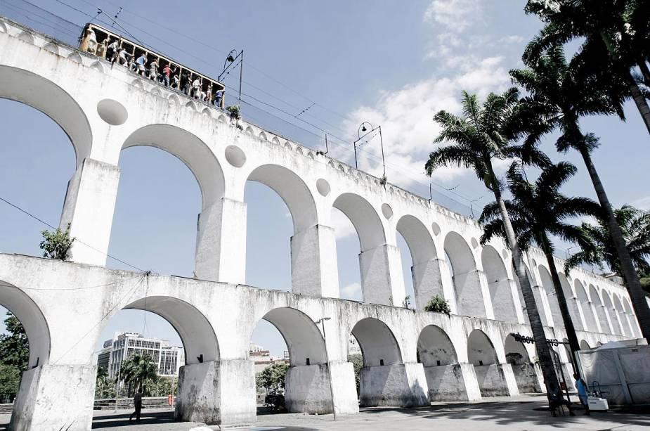 Arcos da Lapa é uma espécie de portal que recebe os visitantes do bairro mais boêmio da capital, o Rio de Janeiro.