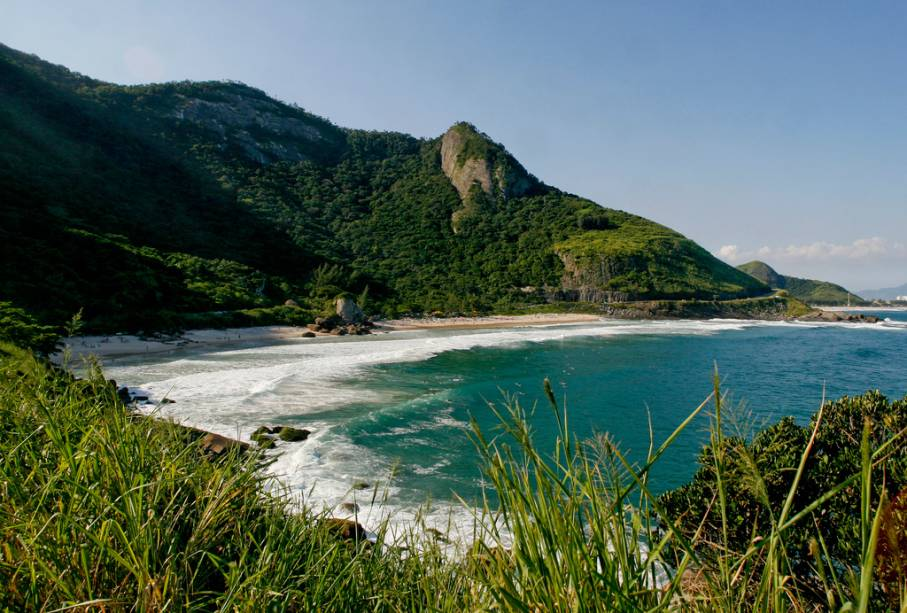 Mar limpo, ondas fortes, Mata Atlântica e surfistas compõem a paisagem da Prainha