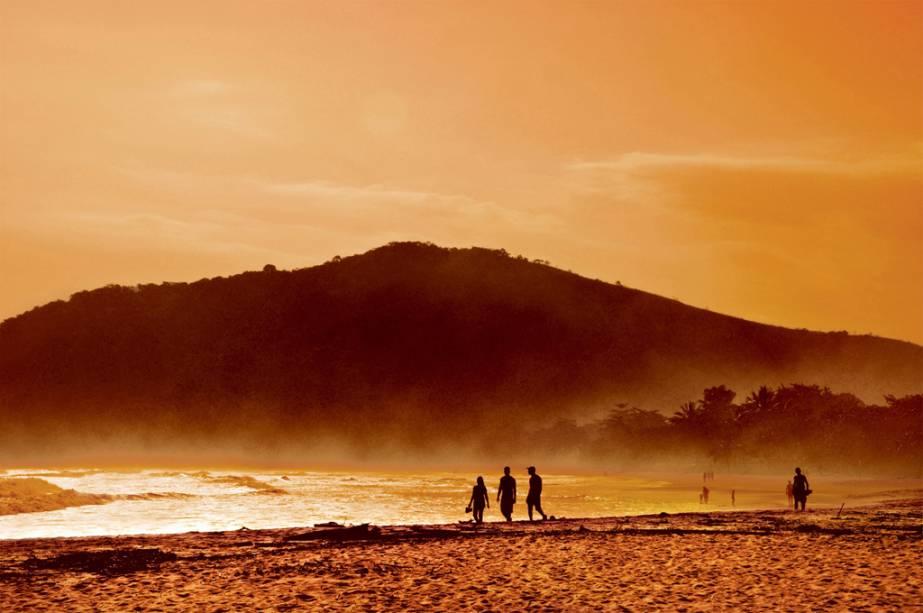 Crepúsculo na Praia de Cambury em São Sebastião, São Paulo