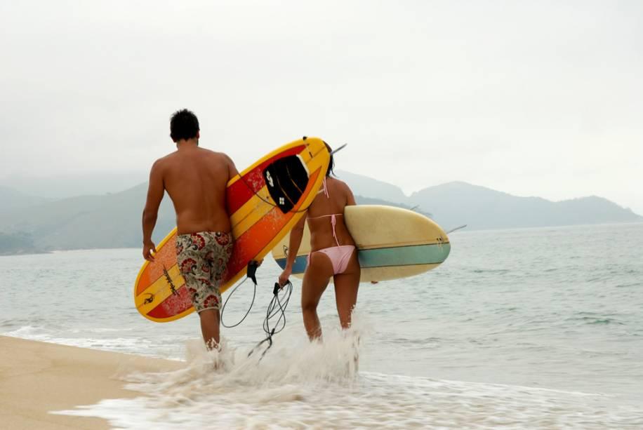 Casal de surfistas na praia de Maresias, São Sebastião, São Paulo