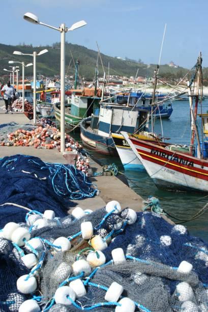 Redes de pesca e barcos atracados na marina dos pescadores da Praia dos Anjos