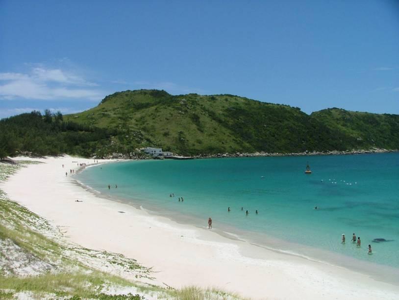 Praia em Arraial do Cabo;  A cidade costuma ser destino de pick-ups em Búzios ou Cabo Frio, mas o conselho é ficar mais tempo para  as belas praias