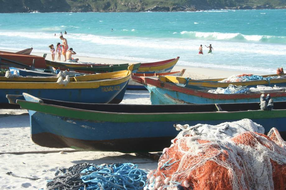 Redes de pesca e barcos ancorados na Prainha