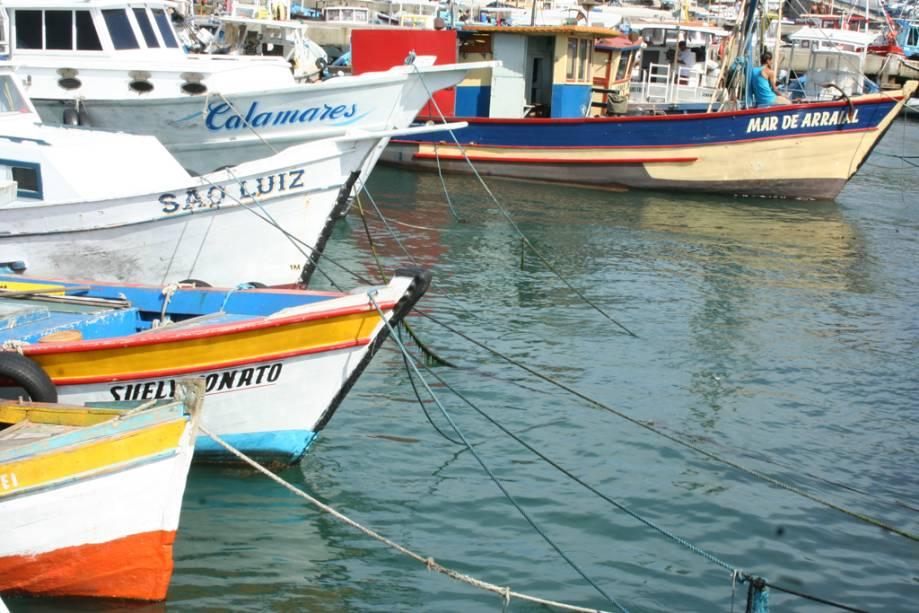 Barcos atracados no porto de pesca, Praia dos Anjos