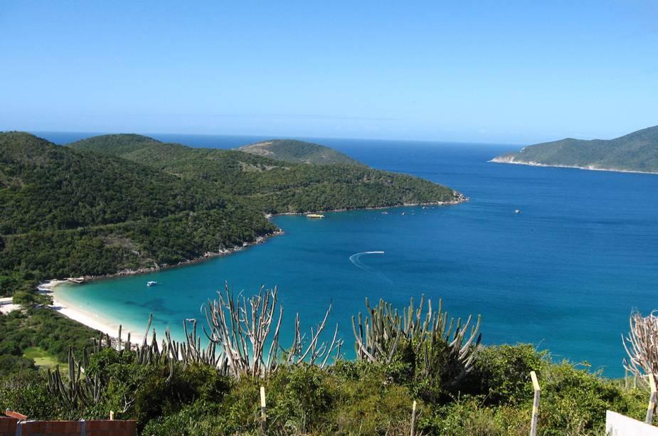 O mar da Praia do Forno em Arraial do Cabo (RJ) é um bom spot de mergulho na cidade