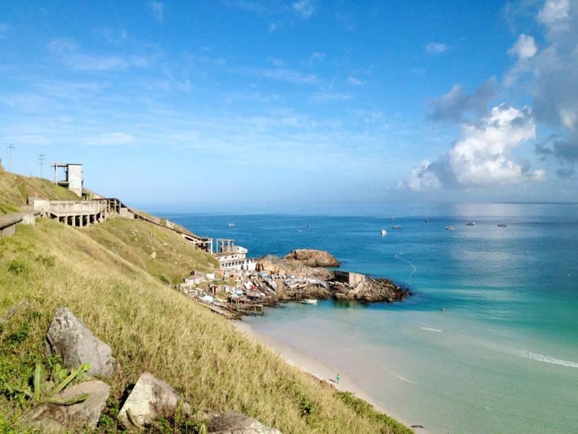 A melhor época para visitar Arraial do Cabo no Rio de Janeiro é no verão porque a água do mar é fria