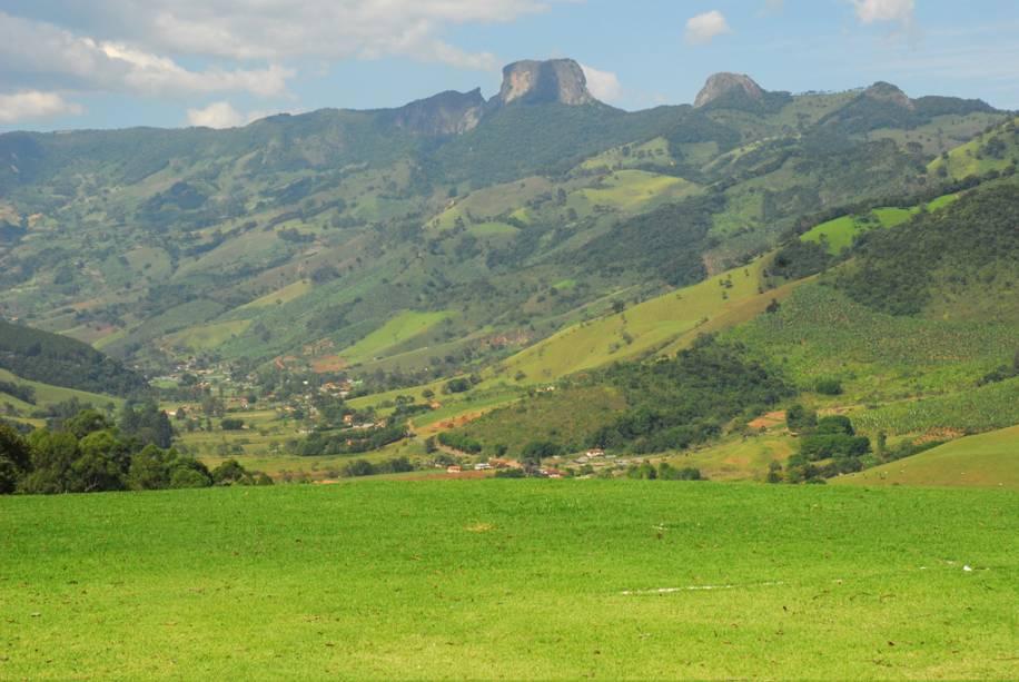 Vista do Santo Bento do Sapucaí com a Pedra do Baú ao fundo