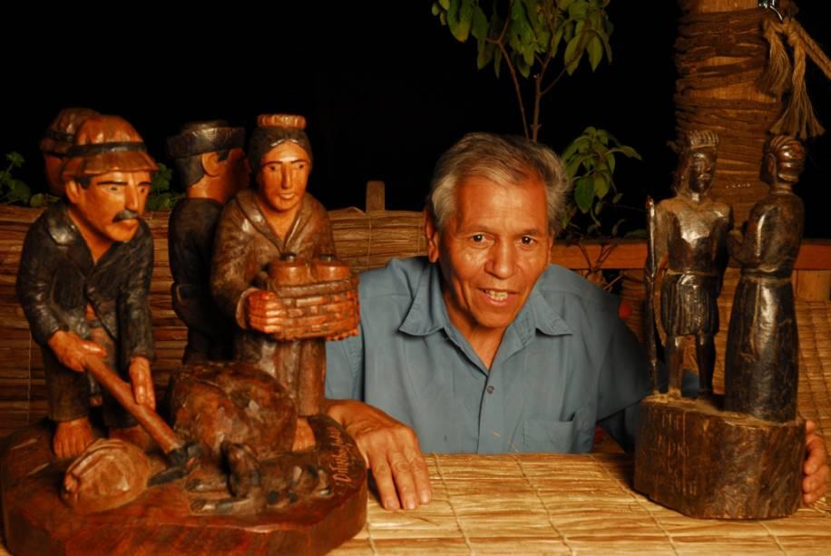 Ditinho Joana, conhecido no Brasil e no exterior pelas peças esculpidas em pau-rosa com cenas do campo