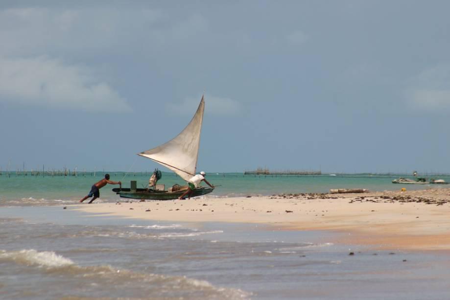 A praia principal da vila piscatória de São Miguel dos Milagres é muito frequentada pelos habitantes locais.