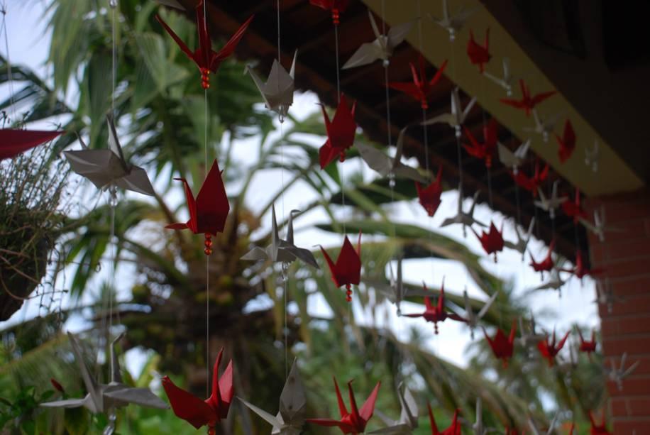 Tsurus, origami em forma de pássaro, adorna a varanda da Pousada Origami na Praia do Toque
