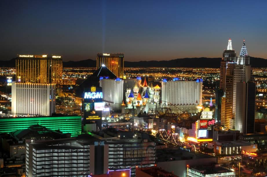 Localizada no meio do deserto de Nevada, Las Vegas atrai visitantes com inúmeras opções de entretenimento