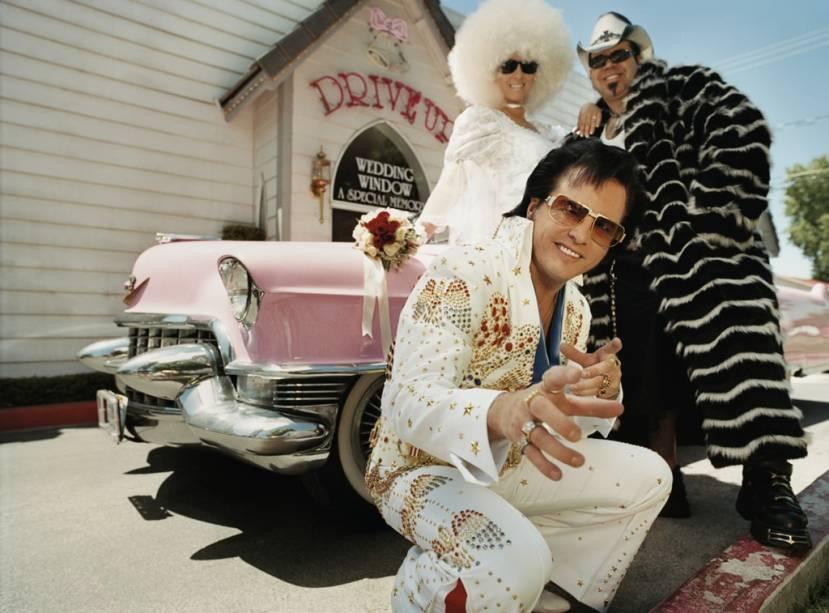 Las Vegas, onde é possível casar sem sair do carro, é uma das cidades que mais afirma a unidade dos povos do mundo graças a uma legislação que não impõe nenhuma exigência aos cônjuges.