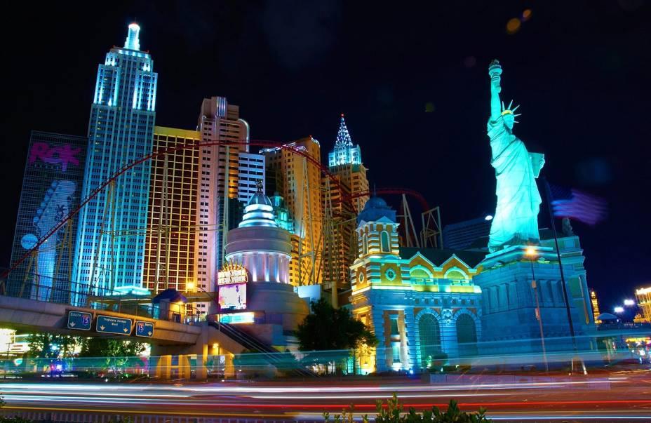 Las Vegas é uma cidade de entretenimento com muitos hotéis, cassinos, calçados, restaurantes e muito mais