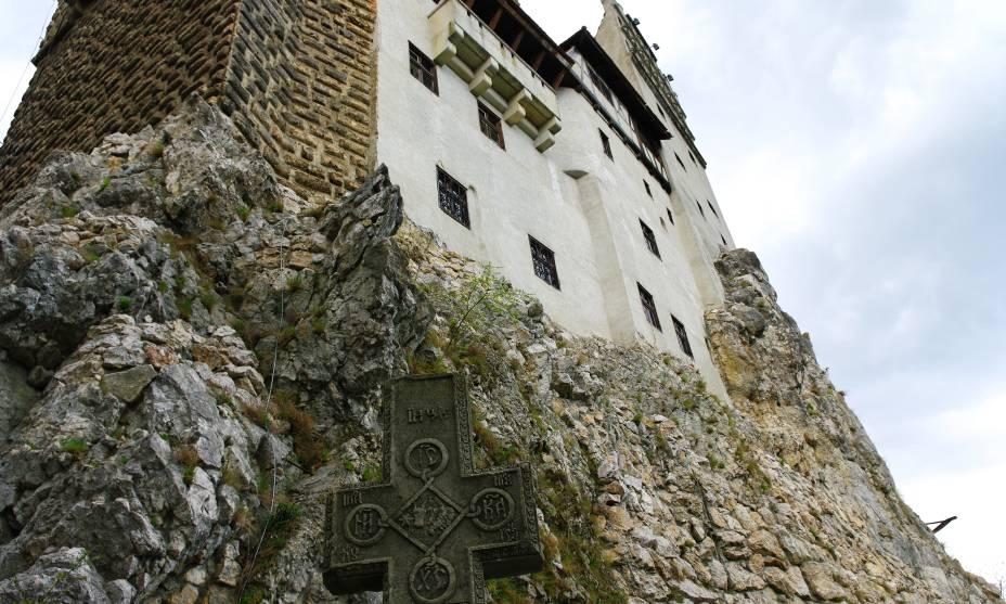 Muros altos marcam a vista do Castelo de Bran, a casa do Conde Drácula na Transilvânia
