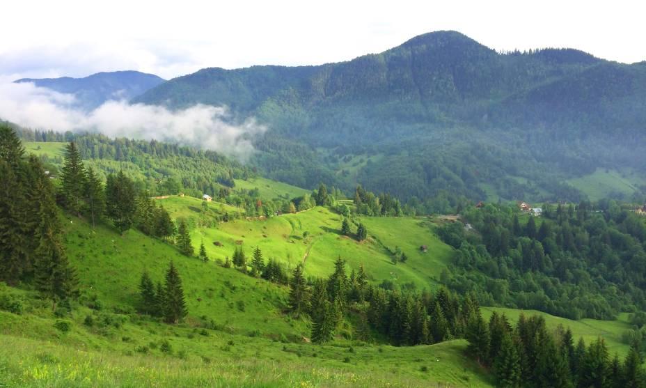 A beleza das montanhas dos Cárpatos abrange paisagens inesquecíveis na Transilvânia