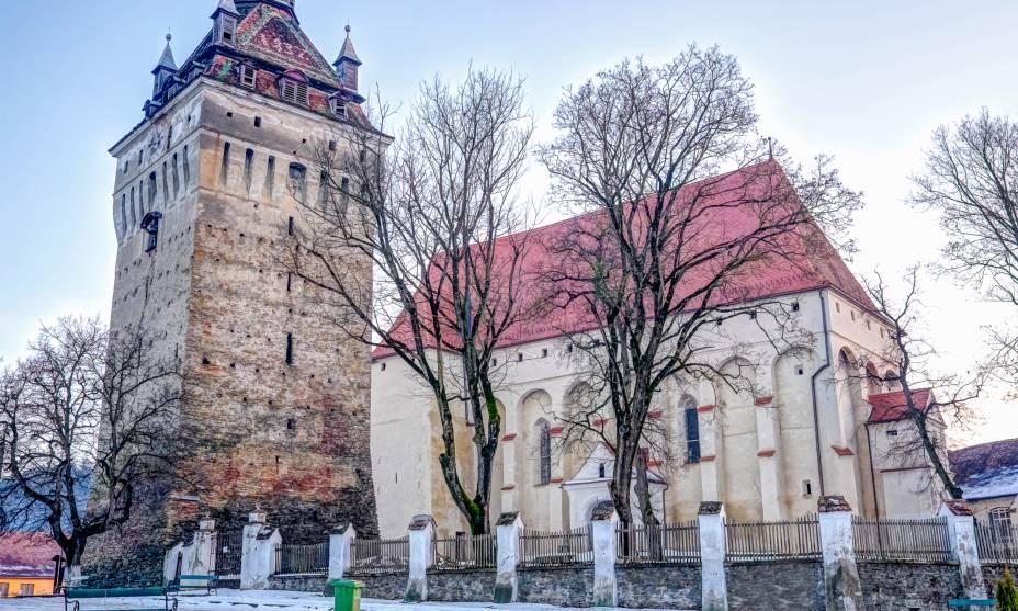 Paisagem de primavera na Basílica de Saschiz, um dos edifícios fortificados na Transilvânia, Romênia
