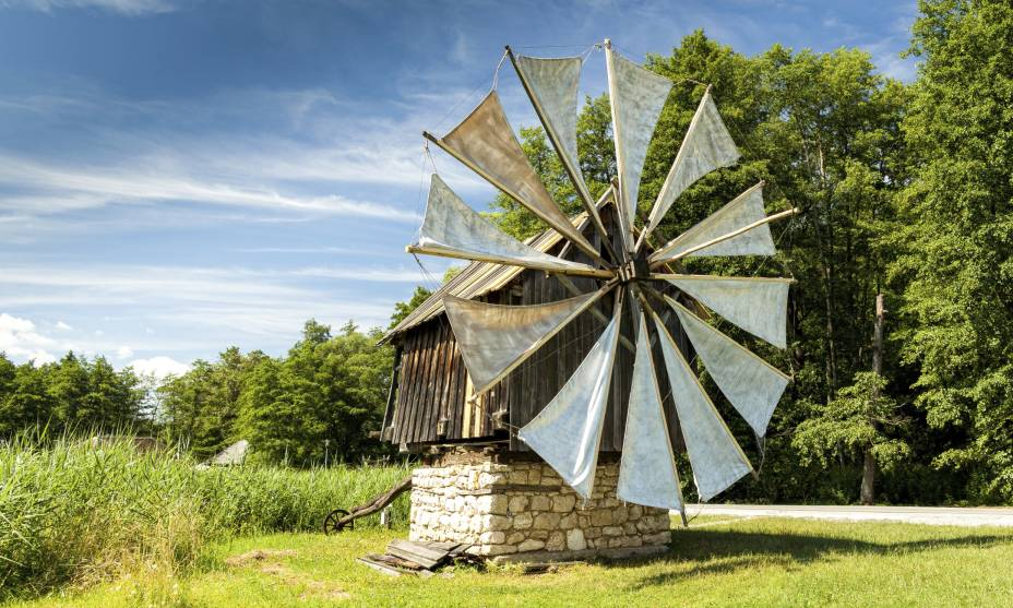 Moinho de vento do museu ao ar livre em Sibiu, região da Transilvânia, Romênia