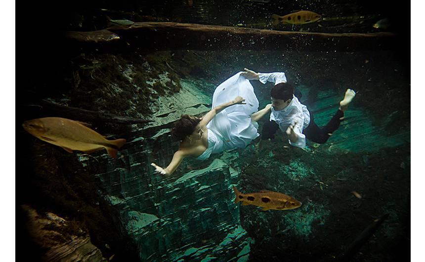 O destino também é obrigatório para ensaios e casamentos: os noivos mergulham no Aquário Encantado, em Nobres, no Mato Grosso.