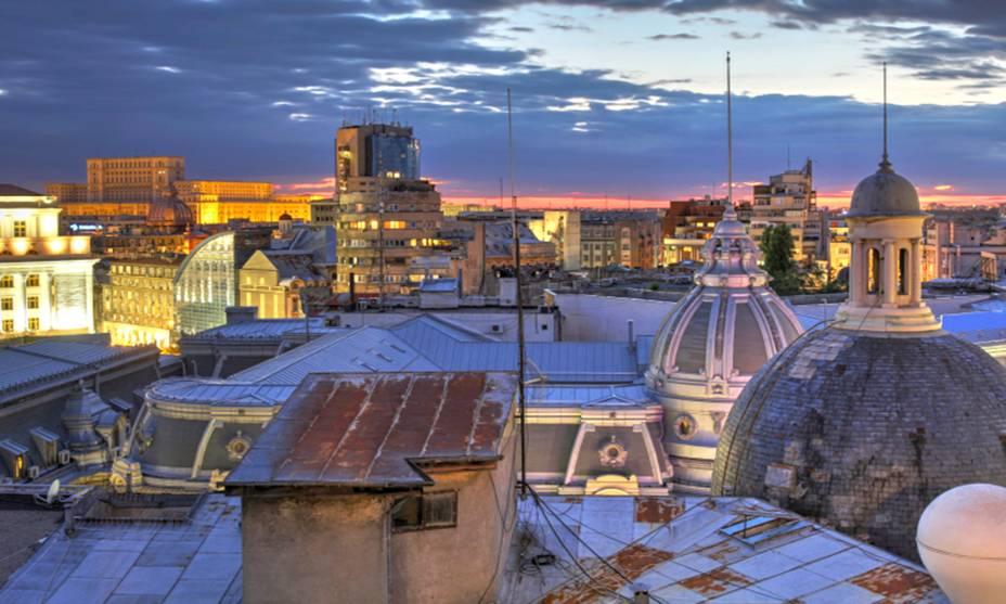 O horizonte de Bucareste, na Romênia, mostra os telhados em arco de igrejas ortodoxas dos séculos 17 e 18 entre edifícios construídos sob o governo comunista do século 20