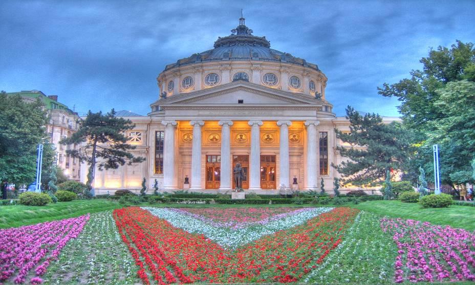 O Ateneu Romeno em Bucareste, construído em 1888, oferece uma grande variedade de apresentações de música clássica, principalmente entre setembro e maio.  Aqui nasceu a prestigiosa Orquestra Sinfônica George Enescu